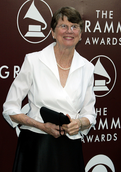 Janet Reno「The 47th Annual Grammy Awards - Arrivals」:写真・画像(1)[壁紙.com]