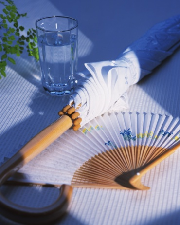 うちわ「A glass of water, parasol and Japanese folding fan, high angle view, Japan」:スマホ壁紙(5)