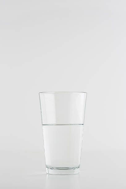 glass  of water on white background:スマホ壁紙(壁紙.com)