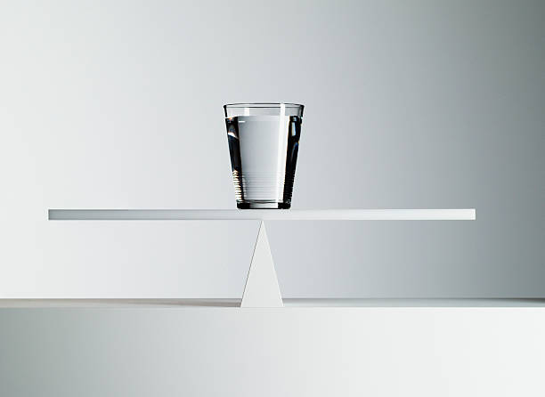 Glass of water balancing on middle of seesaw:スマホ壁紙(壁紙.com)