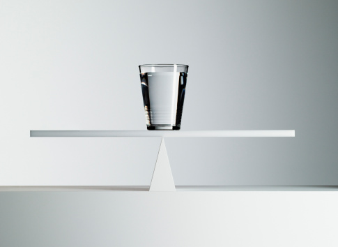 Balance「Glass of water balancing on middle of seesaw」:スマホ壁紙(9)