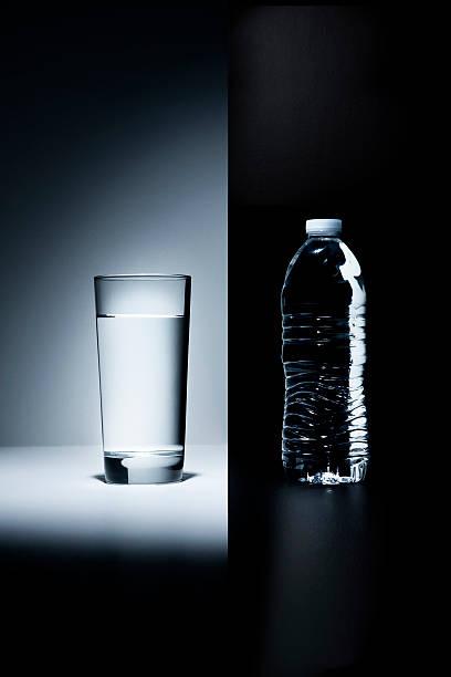 Glass of water vs. plastic water bottle:スマホ壁紙(壁紙.com)