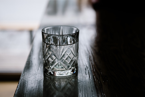 Drinking Glass「Glass of water on a bar」:スマホ壁紙(3)