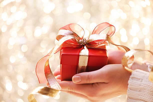 Giving a christmas present:スマホ壁紙(壁紙.com)