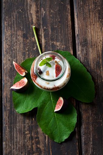 米国硬貨「Glass of Mascarpone cream with fig compote and walnuts on fig leaf and dark wood」:スマホ壁紙(15)