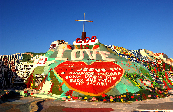 Block Shape「Salvation Mountain Declared National Folk Art Shrine」:写真・画像(1)[壁紙.com]