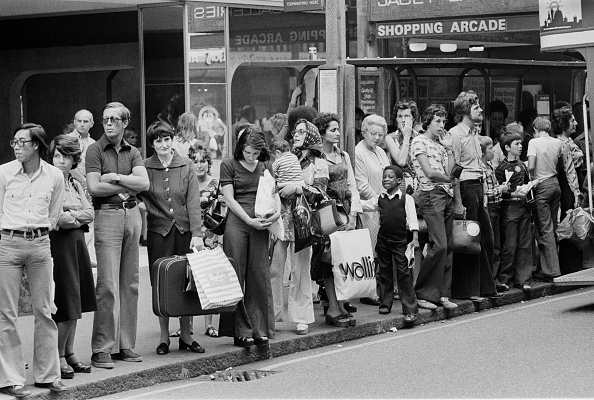 Finance and Economy「Queue for the Bus on Oxford Street」:写真・画像(3)[壁紙.com]