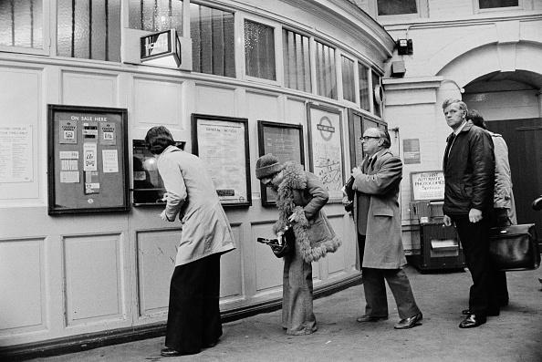 Waiting「South Kensington Underground Station」:写真・画像(10)[壁紙.com]