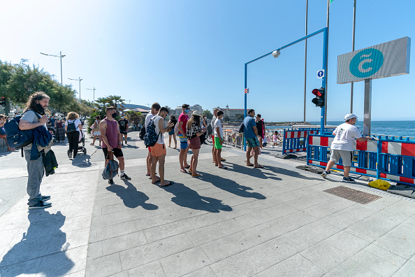 Waiting In Line「Queues at The Control Access Of Riazor Beach」:写真・画像(10)[壁紙.com]