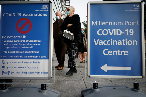 Waiting In Line「Covid-19 Mass Vaccination Centre Opens At Millennium Point In Birmingham」:写真・画像(11)[壁紙.com]