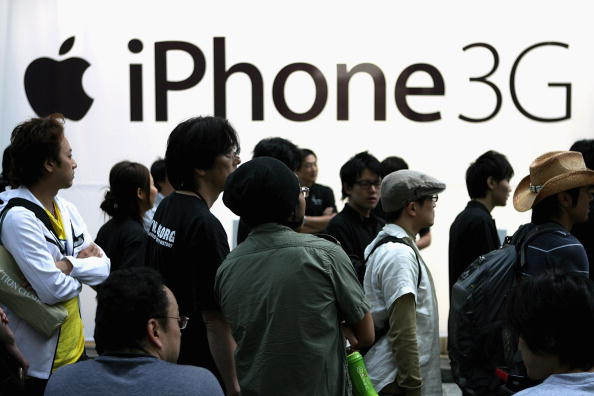 Waiting In Line「iPhone Goes On General Sale In Tokyo」:写真・画像(15)[壁紙.com]