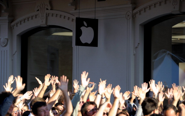 Waiting「Apple Store Opening In Bologna」:写真・画像(12)[壁紙.com]