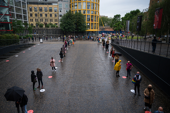Waiting In Line「Tate Modern Reopens Following Covid-19 Lockdown」:写真・画像(0)[壁紙.com]