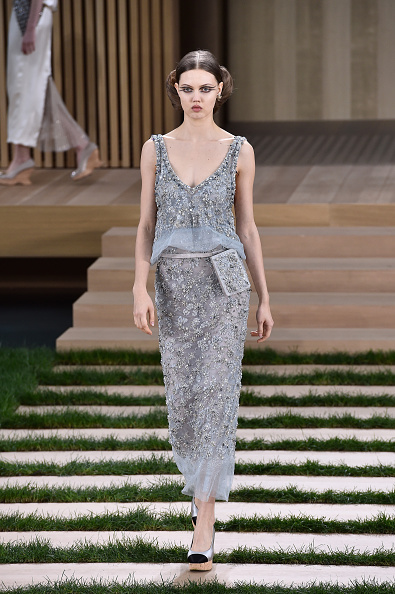 Scooped Neck「Chanel : Runway - Paris Fashion Week - Haute Couture Spring Summer 2016」:写真・画像(17)[壁紙.com]