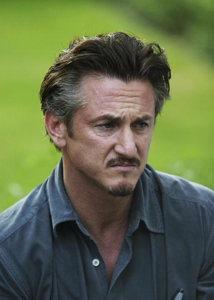 Writing「Sean Penn Visits Film Museum In Tehran」:写真・画像(3)[壁紙.com]