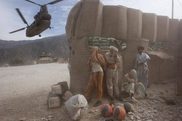 CH-47 Chinook「U.S. And Afghan Forces Battle Taliban In Kunar Province」:写真・画像(11)[壁紙.com]