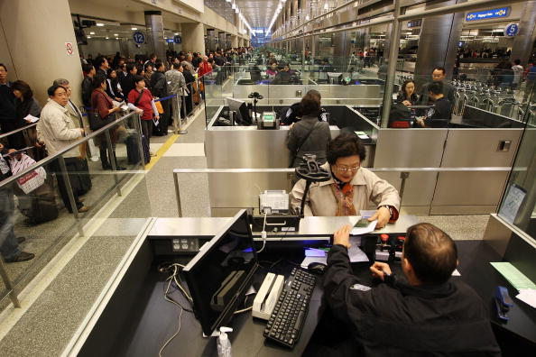 LAX Airport「US Customs And Border Patrol Processes Holiday Travelers」:写真・画像(18)[壁紙.com]