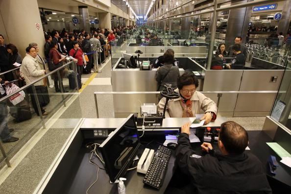 LAX Airport「US Customs And Border Patrol Processes Holiday Travelers」:写真・画像(6)[壁紙.com]