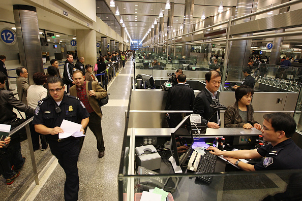 LAX Airport「US Customs And Border Patrol Processes Holiday Travelers」:写真・画像(7)[壁紙.com]