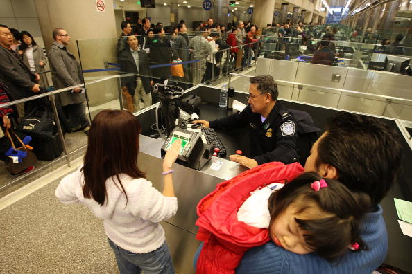 LAX Airport「US Customs And Border Patrol Processes Holiday Travelers」:写真・画像(9)[壁紙.com]