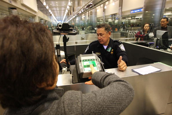 LAX Airport「US Customs And Border Patrol Processes Holiday Travelers」:写真・画像(12)[壁紙.com]
