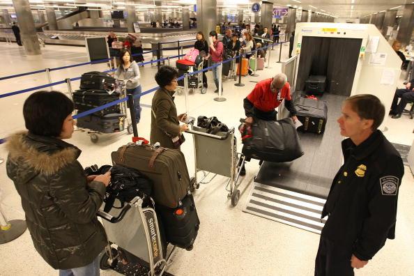 LAX Airport「US Customs And Border Patrol Processes Holiday Travelers」:写真・画像(8)[壁紙.com]