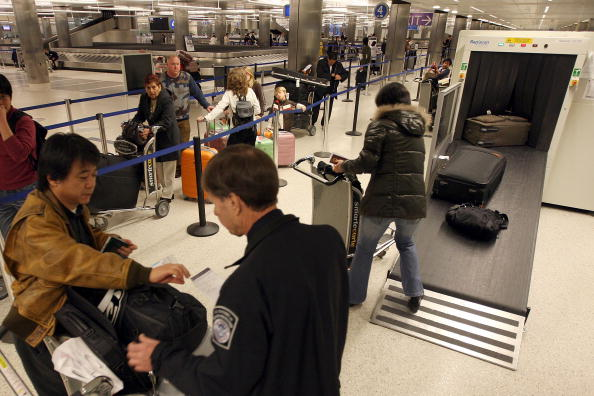 LAX Airport「US Customs And Border Patrol Processes Holiday Travelers」:写真・画像(4)[壁紙.com]