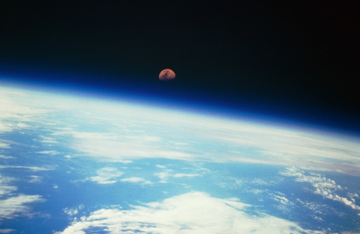 月「Moon over planet Earth horizon, view from space」:スマホ壁紙(8)