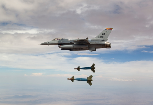 Air Attack「An F-16 Fighting Falcon from the Air National Guard Air Force Reserve Test Center releases two GBU-24 laser guided bombs during a test mission.」:スマホ壁紙(3)