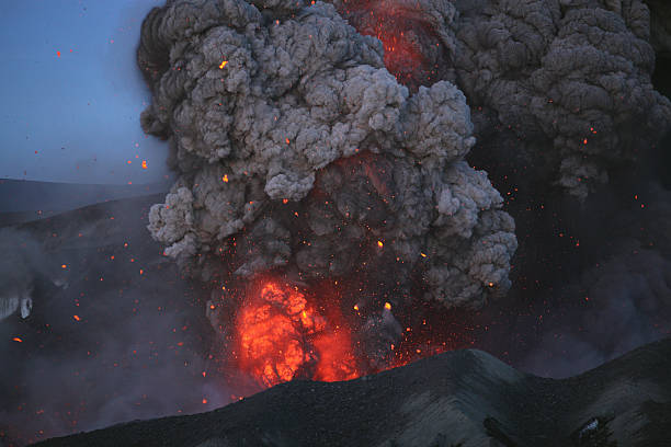 May 8, 2010 - Eyjafjallajkull eruption, Summit crater, Iceland.:スマホ壁紙(壁紙.com)