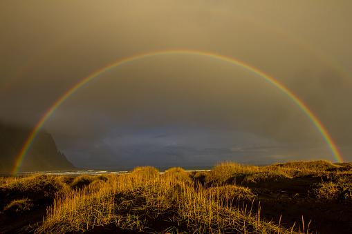 虹「ビーチで美しいアイスランドの二重の虹」:スマホ壁紙(1)