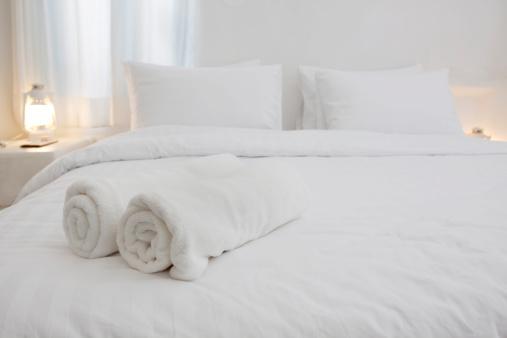 露出オーバー「ホワイトと豪華なホテルのベッドルーム」:スマホ壁紙(6)