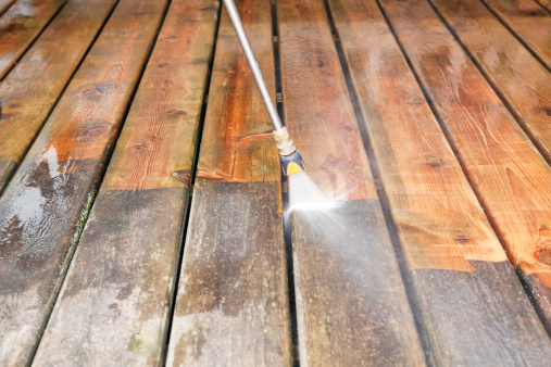 Spraying「Pressure Washer Cleaning a Weathered Deck」:スマホ壁紙(17)