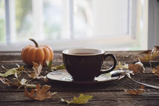 秋「Cup of tea with a pumpkin and autumn leaves」:スマホ壁紙(9)