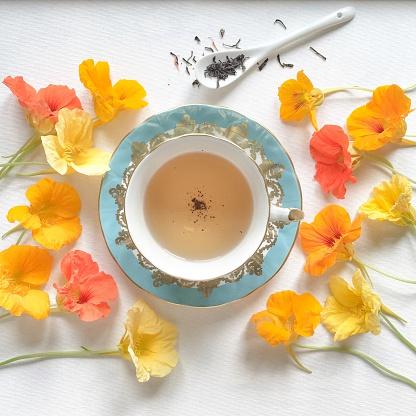 ティーカップ「Cup of Tea surrounded by nasturtium flowers」:スマホ壁紙(7)