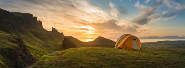 山のテントの日の出パノラマに広がるキャンプ夜明け:スマホ壁紙(壁紙.com)