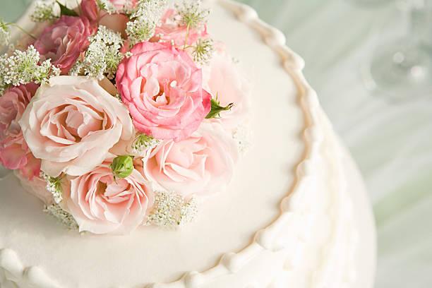 バラの上のウェディングケーキ:スマホ壁紙(壁紙.com)