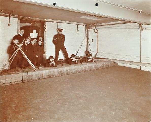 Urban Road「Rifle Shooting Lesson, Jews' Free School, Stepney, London, 1908. Artist: Unknown.」:写真・画像(8)[壁紙.com]