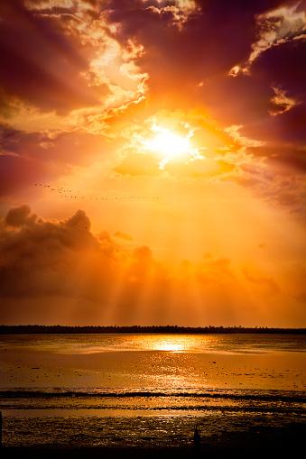 Extreme Terrain「Mystical sun rays from a cloudy morning sky」:スマホ壁紙(5)