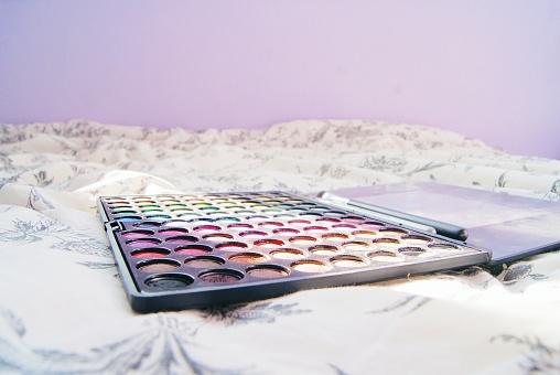 おしゃれ「Eye shadow and eye shadow brushes on a bed」:スマホ壁紙(17)