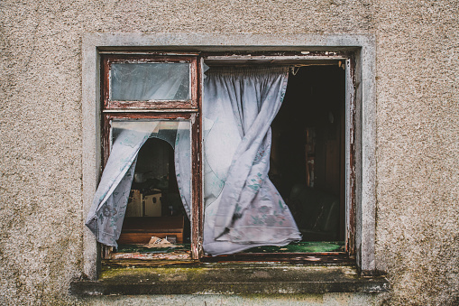 Northern Ireland「Wind Blowing Curtains in Old Cottage」:スマホ壁紙(7)