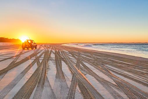 Queensland「Beach and 4x4 vehicle at sunset,Amity Point,North Stradbroke Island,Queensland,Australia」:スマホ壁紙(10)
