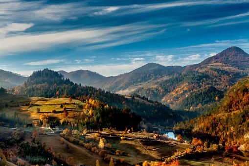 紅葉「セルビアの農村景観」:スマホ壁紙(7)