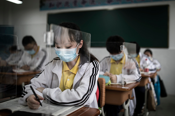 Classroom「Senior High School Graduation Class Reopen In Wuhan After Months-Long Lockdown」:写真・画像(2)[壁紙.com]