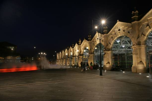The frontage of Sheffield station at night with decorative architectural lighting. 2007:ニュース(壁紙.com)