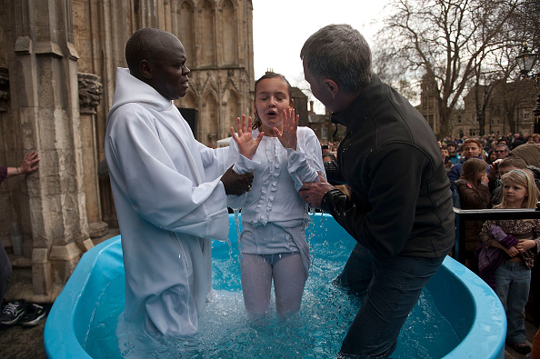 John Sentamu「Multiple Baptism In York On Easter Weekend」:写真・画像(11)[壁紙.com]