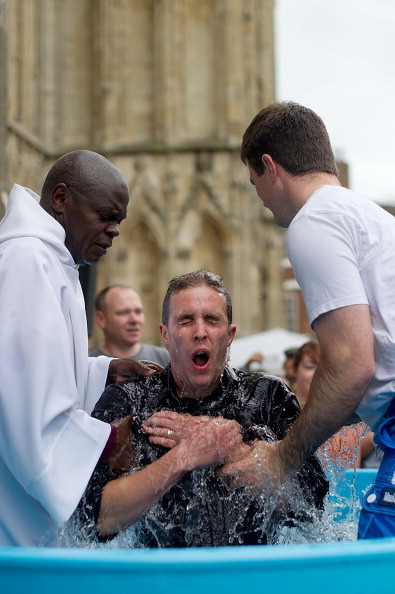 John Sentamu「Multiple Baptism In York On Easter Weekend」:写真・画像(12)[壁紙.com]