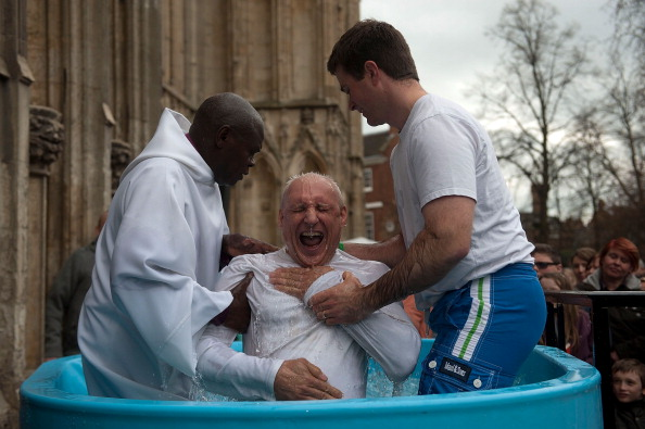 John Sentamu「Multiple Baptism In York On Easter Weekend」:写真・画像(13)[壁紙.com]