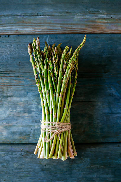 Bunch of green asparagus on wood:スマホ壁紙(壁紙.com)
