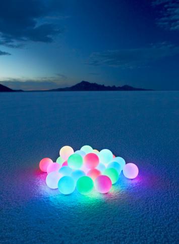 Bonneville Salt Flats「Pile of glowing orbs in desert at dusk.」:スマホ壁紙(11)